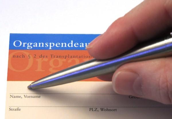 Mit einer Unterschrift auf dem Organspendeausweis bezeugen Menschen bislang ihre Bereitschaft zur Spende.