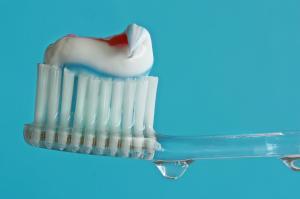 Fluoridhaltige Zahncreme als Kariesschutz, c) birgitH / pixelio.de