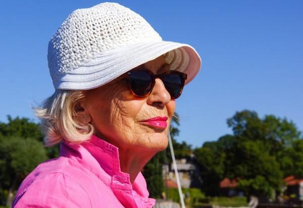 Seniorin mit Sonnenhut