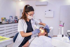 Wurzelbehandlung beim Zahnarzt und Krankenkassen, (c) Getty Images / SonerCdem
