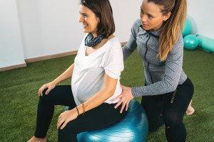 Geburtsvorbereitung mit einer Hebamme , (c) Getty Images / MJPS